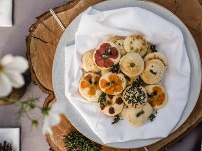 Kekse mit essbaren Blüten